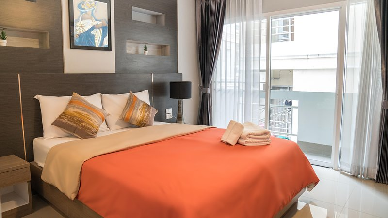 Clean Room and serene accommodation in the middle of Bangkok Ratchada, vacation rental in Lat Phrao