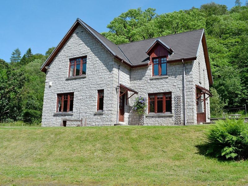 Stunning 4-Bed Cottage S/C, vacation rental in Tarbet