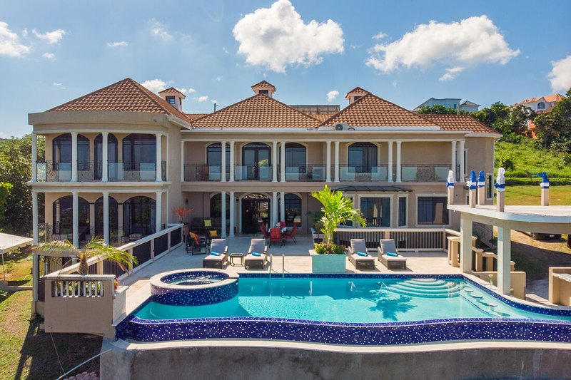 GRAND VILLA,INFINITY POOL, BUTLER SERVICE, CARIBBEAN SEAVIEWS, 2 MIN TO BEACH! M, holiday rental in Discovery Bay