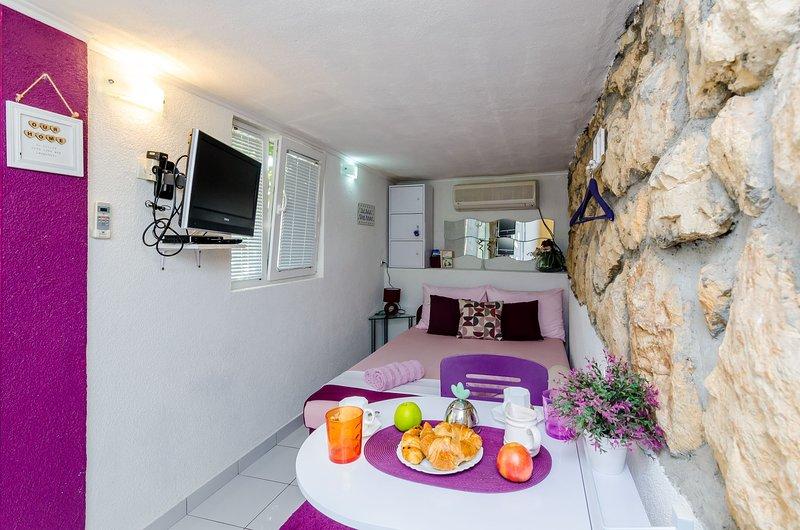 Indy's Beach  - Studio Apartment with Patio and Sea View, casa vacanza a Stikovica