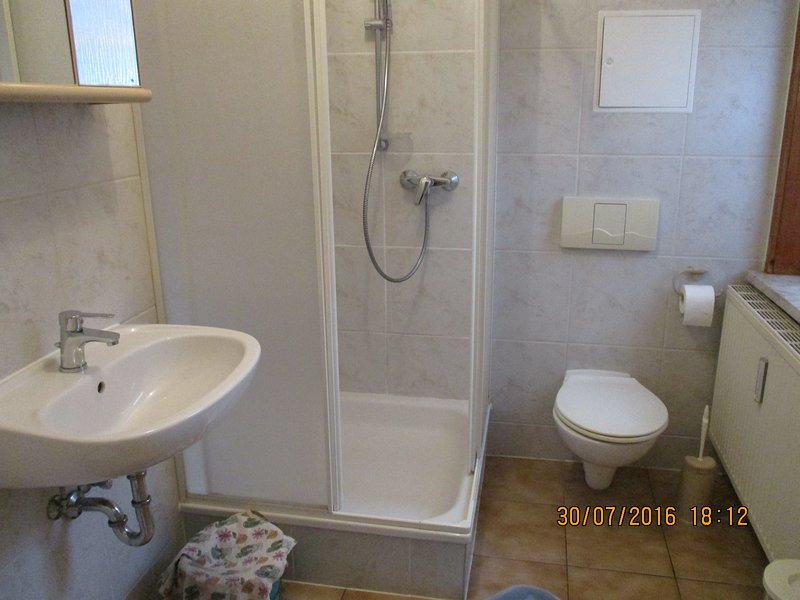 Se puede llegar al inodoro y al lavabo a través de un pequeño pasillo.
