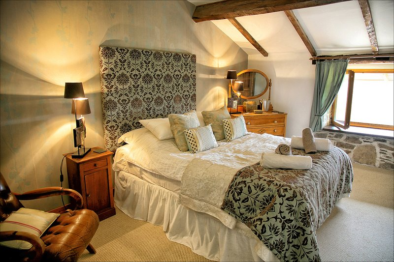 Double room bed and breakfast en suite with Pool. Dordogne .Nontron. France., casa vacanza a Saint-Saud-Lacoussiere