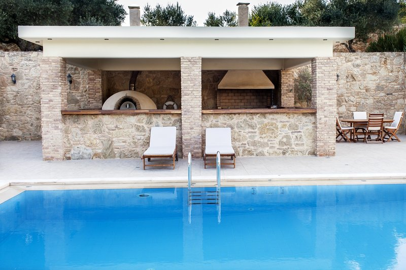 Secluded, ideal for larger groups, close to beach, location de vacances à Malaxa