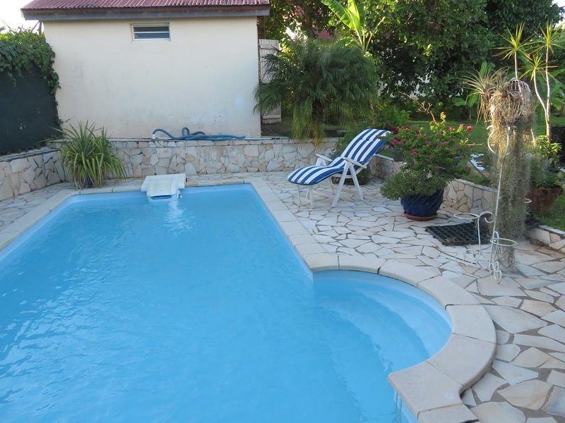 Beautiful studio with swimming-pool, alquiler de vacaciones en Lamentin