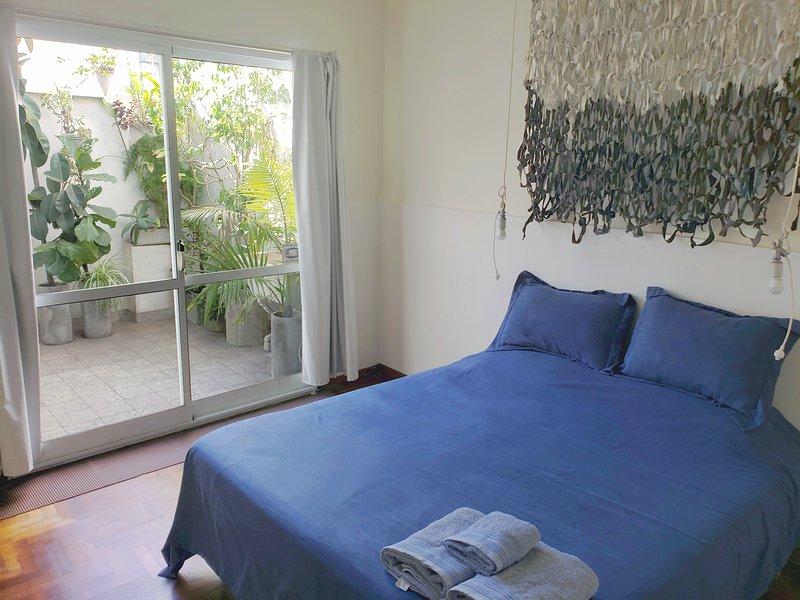 PH 2 pers., un dormitorio, dos patios, baño y cocina completos, vacation rental in La Plata