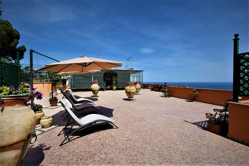 Casa del Sole. Luxurious Penthouse in Taormina. Breathtaking Panoramic Views, holiday rental in Spisone
