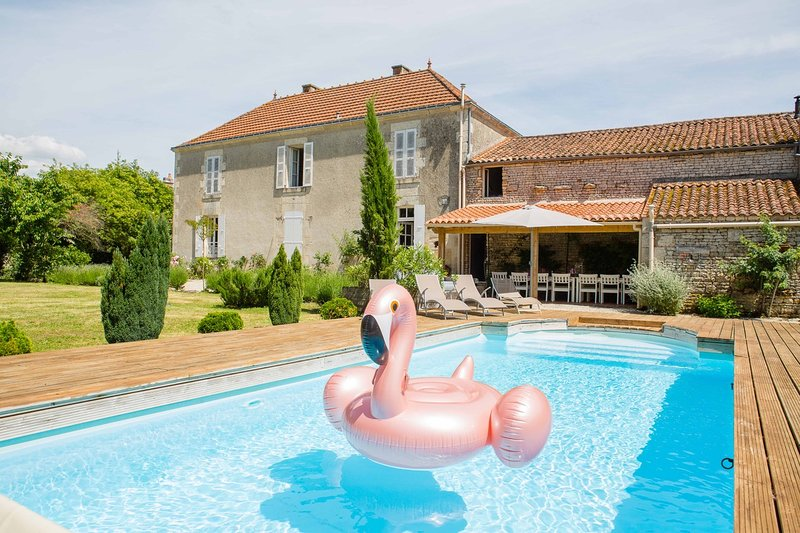 OUTSTANDING SPACIOUS FARMHOUSE, SLEEPS 13/15+COT,  HEATED POOL, GATED, 1.5 ACRES, location de vacances à Sainte-Hermine