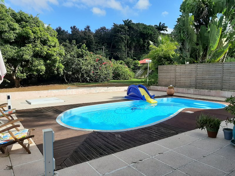 Beautiful studio with shared pool, location de vacances à Baie-Mahault