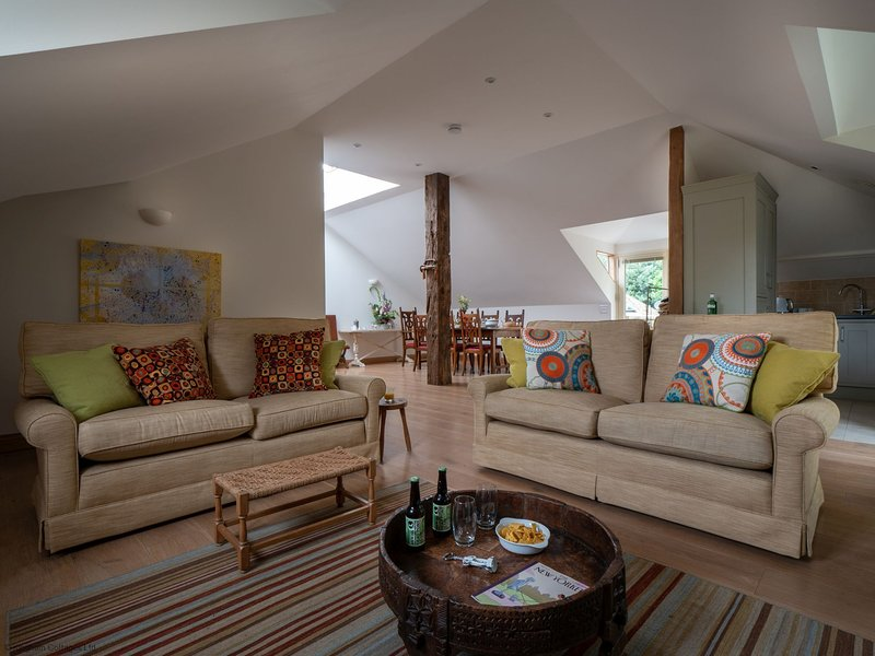 The Loft part of Kingham Cottages with pool and extensive garden, vacation rental in Adlestrop