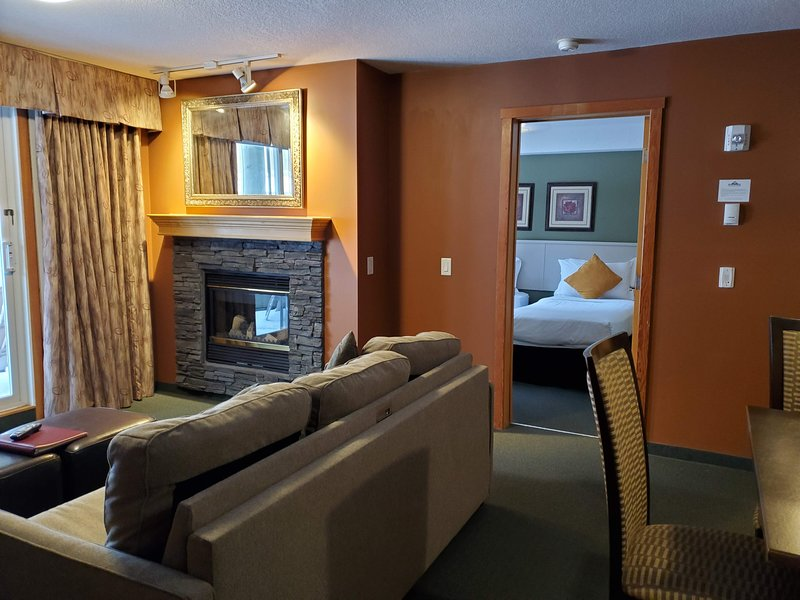 Vacation Home -Luxurious 1 Bedroom Condo / Hot Tub, holiday rental in Canmore