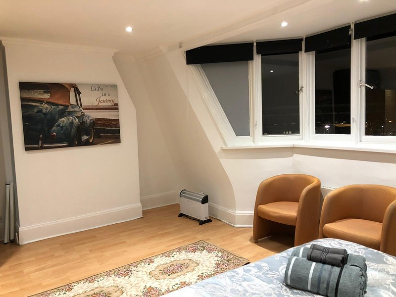 Penthouse Style Private Room at Golders Green Stn, Ferienwohnung in North Finchley