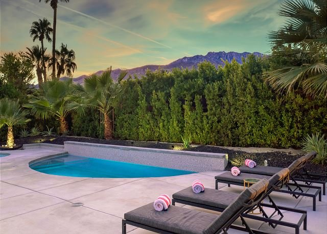 Updated Home w/ Private Pool, Spa & Fire Pit - Walk to Design District, alquiler de vacaciones en Palm Springs