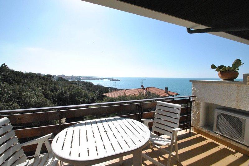Con splendida vista mare in residence con piscina - M+s tipo A, holiday rental in Rosignano Solvay