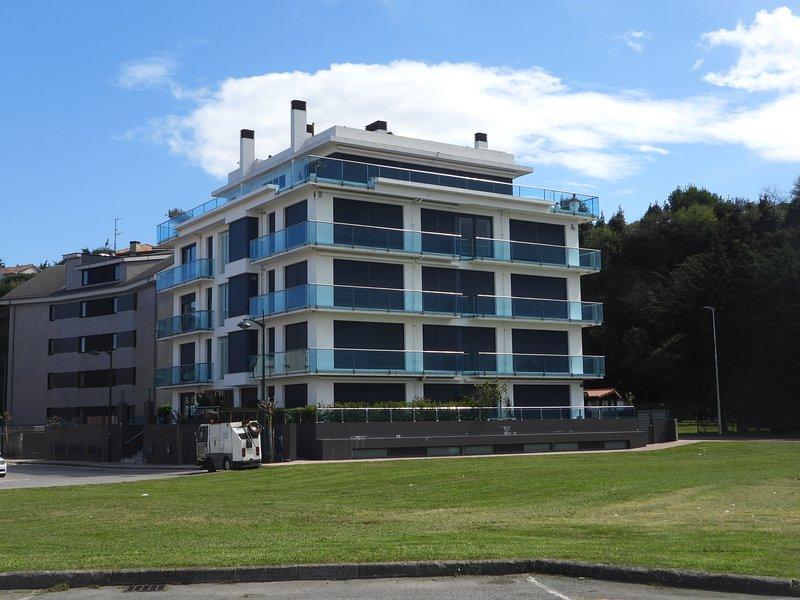 Espectacular apartamento junto al mar, holiday rental in Pedrena