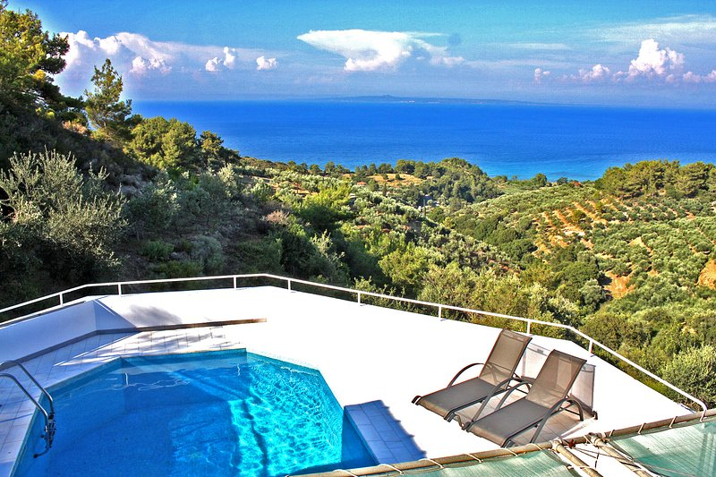 The Summerhouse with private pool and sea view for 8/10 persons, location de vacances à Xirokastello