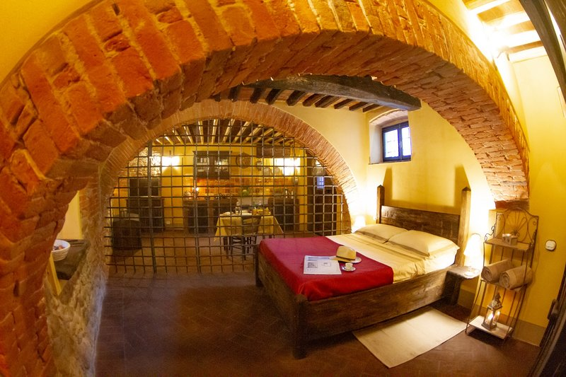 'IL CARCERE' Medieval Resort con piscina 'Maniero del Brunelleschi' vicino Pisa, casa vacanza a Bientina