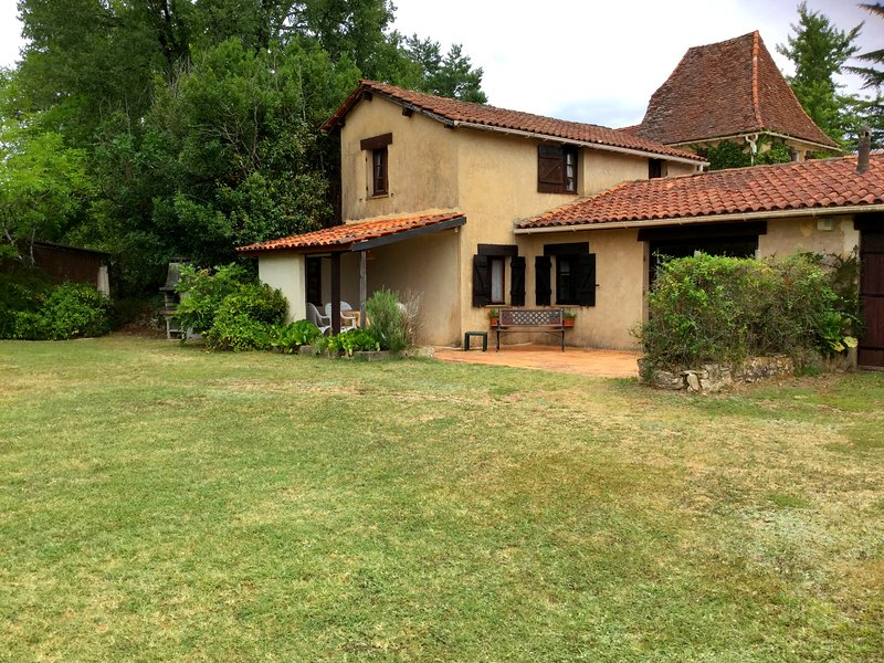 3 Bedroom house overlooking the pool, location de vacances à Cendrieux