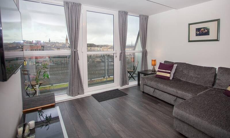 Open woonkamer met balkon en smart-tv