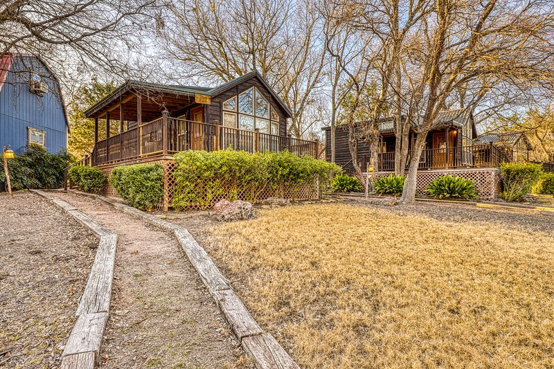 Family-friendly cabin at a working winery w/ shared hot tub, BBQ, & firepit!, holiday rental in Hye