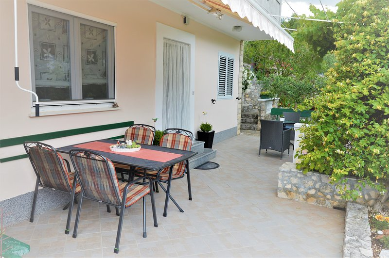 Air conditioned apartment, big croft in grenary, 200 m from beach, free parking, holiday rental in Gustirna