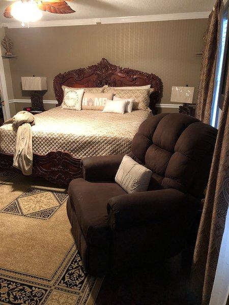 camera da letto matrimoniale al piano superiore w / letto king size, poltrona reclinabile e tv 65in