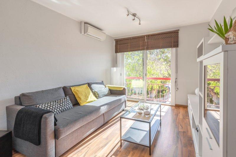 Bright modern flat with sea view deck at family-friendly beach, location de vacances à Altafulla