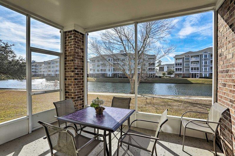 Desayune en el patio con una mesa al aire libre y asientos para 4.