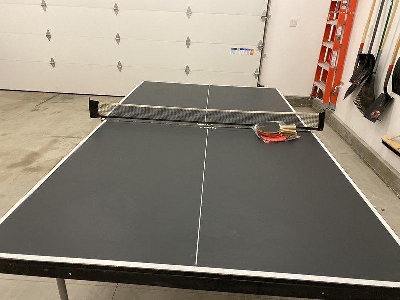 Mesa de ping pong en el garaje
