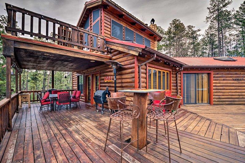 Unique 'Bear Country Cabin' in Ruidoso w/ Hot Tub!, location de vacances à Ruidoso