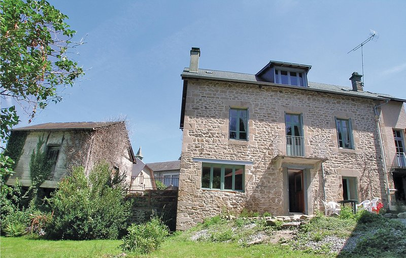 Amazing home in Treignac with 3 Bedrooms (FSC005), holiday rental in Viam