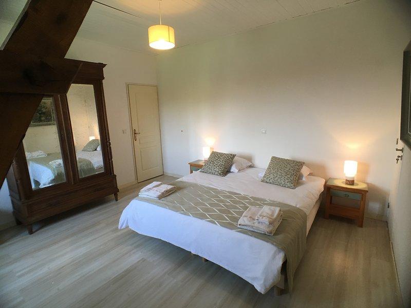 La Rame Room 1, a beautiful B&B room in an old farmhouse in the Dordogne., location de vacances à Saint-Jory-de-Chalais