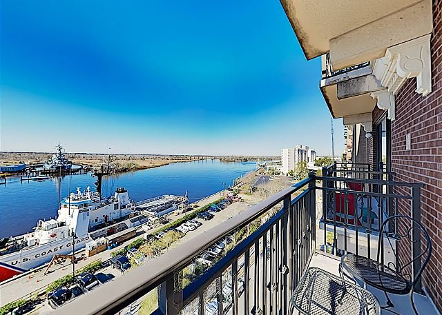 8th-Floor Riverfront Condo with Balcony | Walk to Downtown Shops, Attractions, alquiler vacacional en Leland