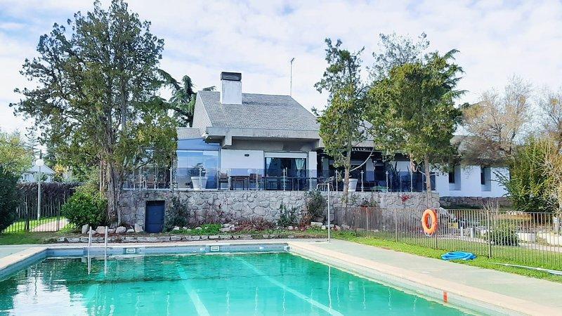 Casa de 400 metros cuadrados con 6 habitaciones dobles, salones y terrazas., holiday rental in Colmenarejo