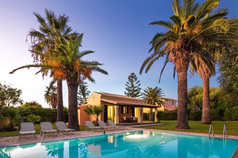 Villa Angelos: Fully equipped villa, with private pool and gardens, not far, location de vacances à Acharavi