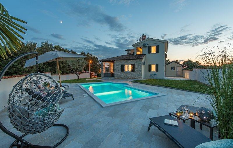 Villa Serenitas - NEW - Family, Group, Pet Friendly Villa, Walled Garden + Pool, holiday rental in Tar