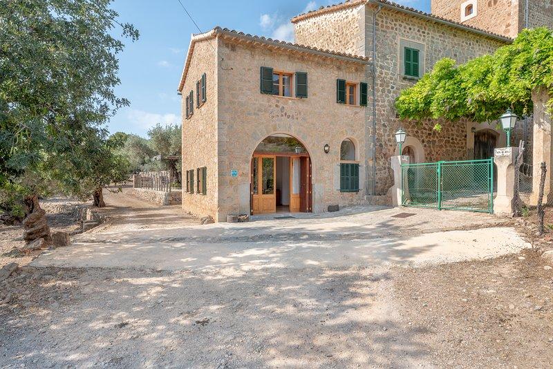 Deià, casa semiadosada en el campo. Cerca de senderos al mar o al pueblo., holiday rental in Llucalcari