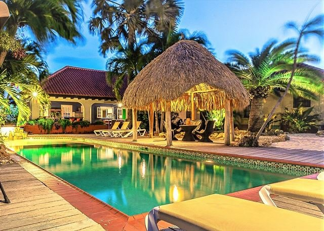 6BR Tropical Paradise, HUGE pool, Jacuzzi, beach area with bar., vacation rental in Noord
