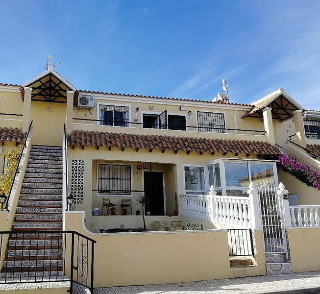 2 bed apartment in Villamartin overlooking a pool and close to Golf courses, location de vacances à San Miguel de Salinas