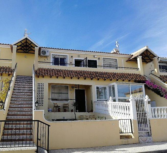 2 bed apartment in Villamartin overlooking a pool and close to Golf courses, alquiler vacacional en San Miguel de Salinas