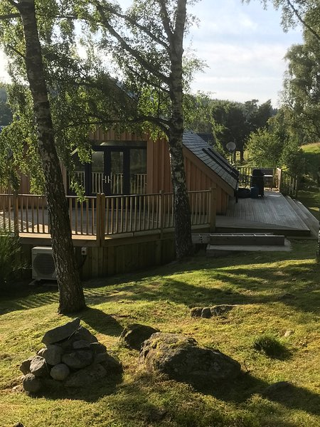 Secluded luxury Woodland Bothy with HOT TUB views through woods to Cairngorms, vacation rental in Boat of Garten