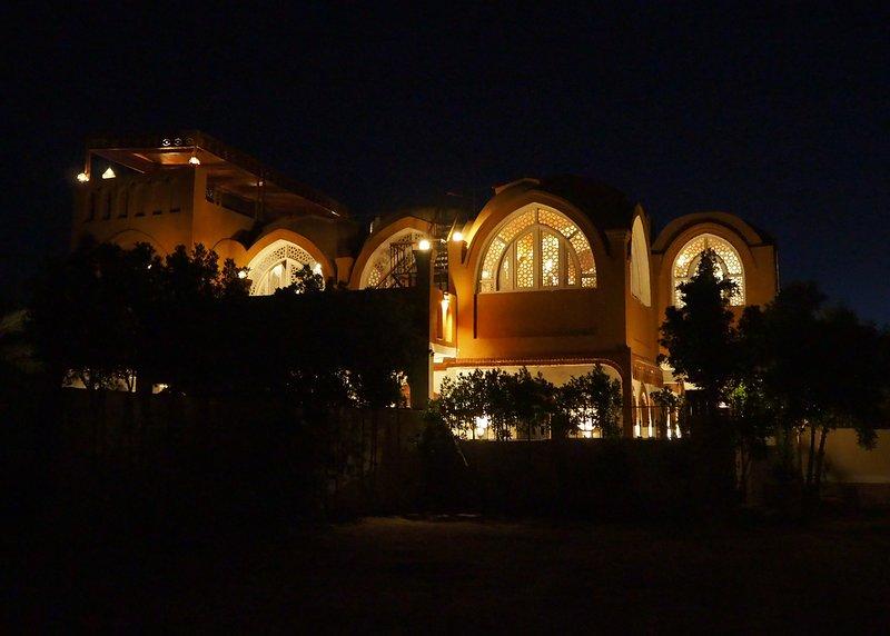 Luxury villa at the desert (up to 12 guests) - near the temple of Medinet Habu, location de vacances à Louxor