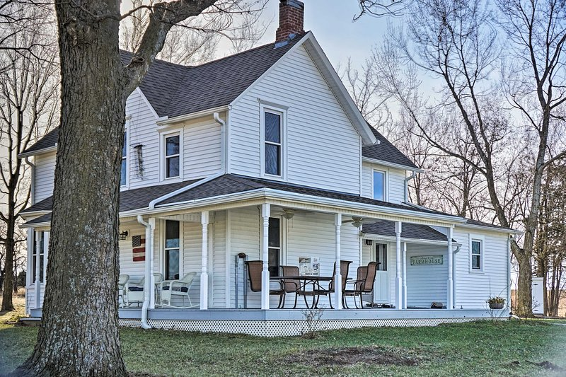 Farmhouse on 13 Acres Between Lawrence & Topeka!, casa vacanza a Lawrence