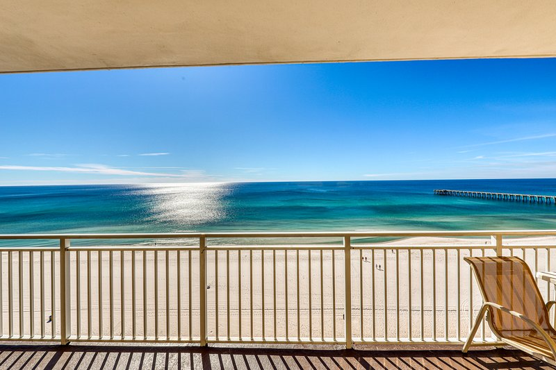 Gorgeous and cozy beachfront condo with shared pool and beach access, vacation rental in Groveland