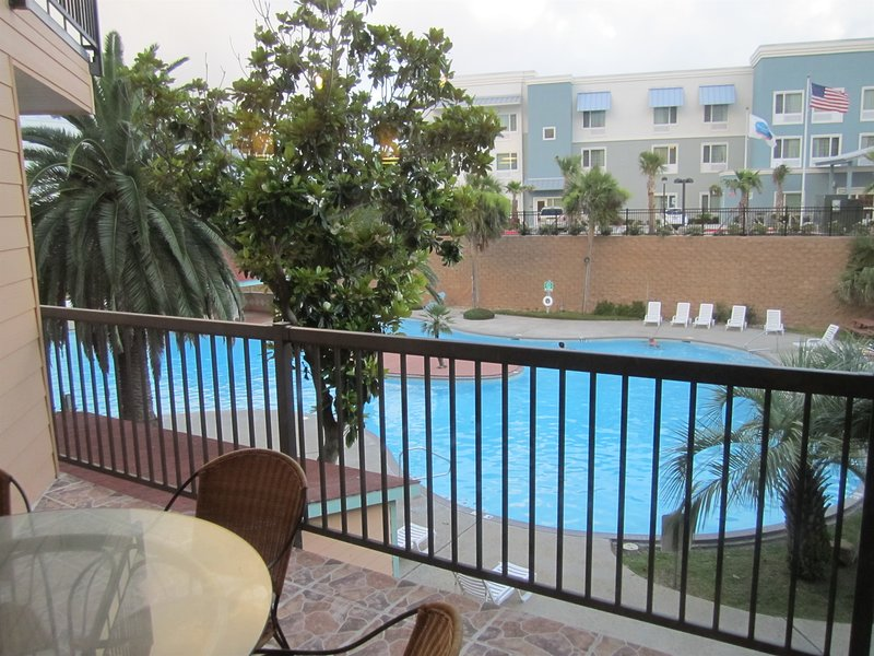 Awesome Pool View, 3 Pools, Hot Tub, Luxury Resort Condo, casa vacanza a Galveston