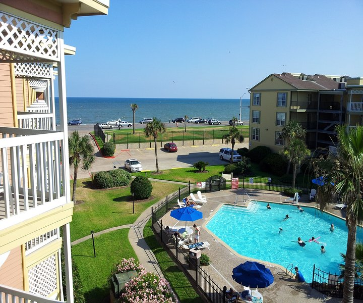 Beautiful Beach and Pool View, Heated Pool, Hot Tub, Luxury Condo, casa vacanza a Galveston