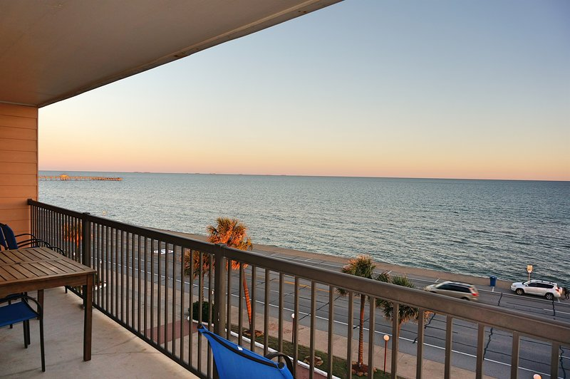 Galveston Ocean Front Condo, Breath-Taking Ocean View, 3 Pools BBQ Grills, alquiler de vacaciones en Galveston
