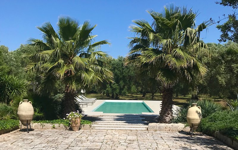 Casale Dell'Oliveto  Beautiful villa set in an olive grove with large 15x5m Pool, aluguéis de temporada em Ostuni
