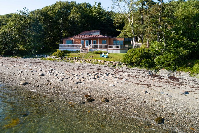 Wings Cottage -- Waterfront, modern cottage in Trenton, casa vacanza a Trenton