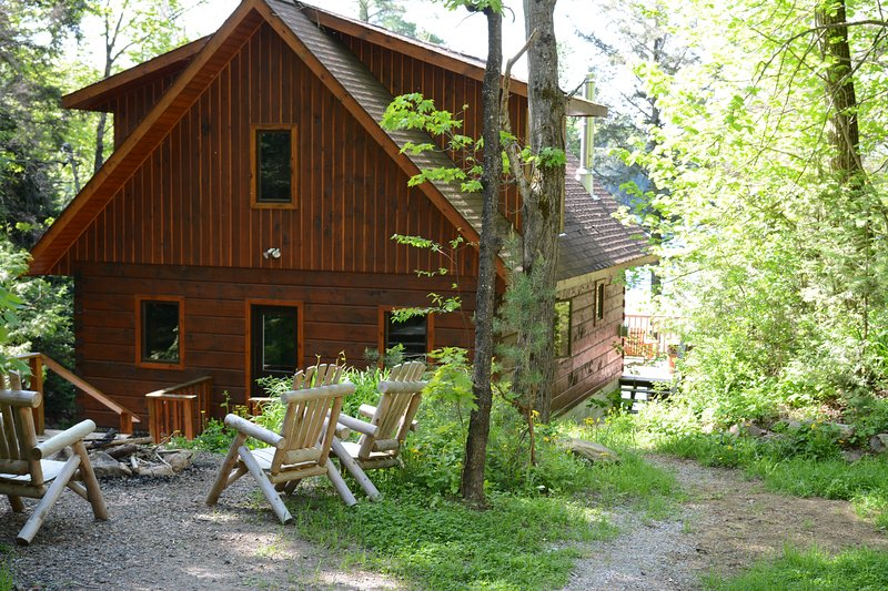 Bliss Cottage Haliburton Hot Tub, Outboard Boat, Fireplace, Sleeps 10, vacation rental in Minden