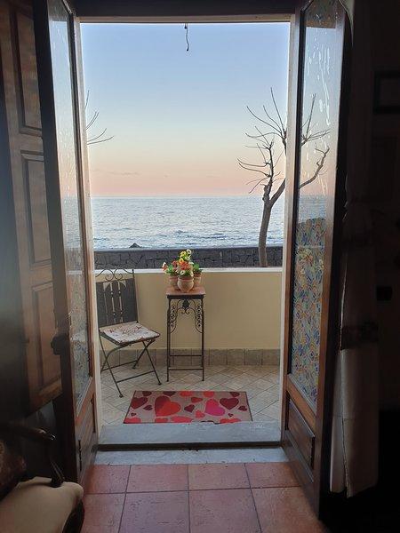 La casa vacanza ideale sul  lungomare di Stazzo, vacation rental in Stazzo